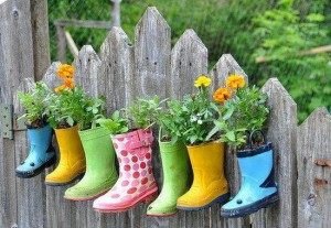 Cool-Rubber-Footwear-Old-Shoes-Planters-Creative-Ideas-Use-Old-Shoes-to-Plant-Flower