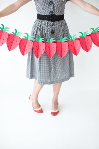 diy-paper-strawberry-garland-ehow2